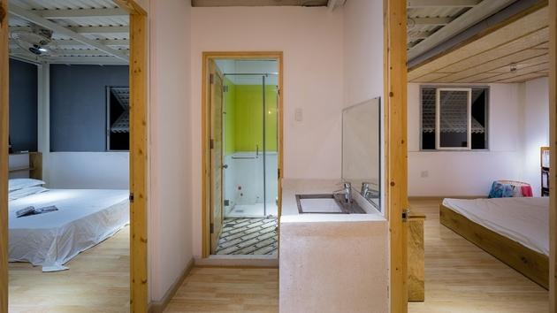 Một phòng vệ sinh nhỏ được thiết lập tại nút giao thông giữa hai phòng ngủ. Lavabo được đặt bên ngoài nhằm giảm sự ảnh hưởng về hoạt động giữa các thành viên trong đình.
