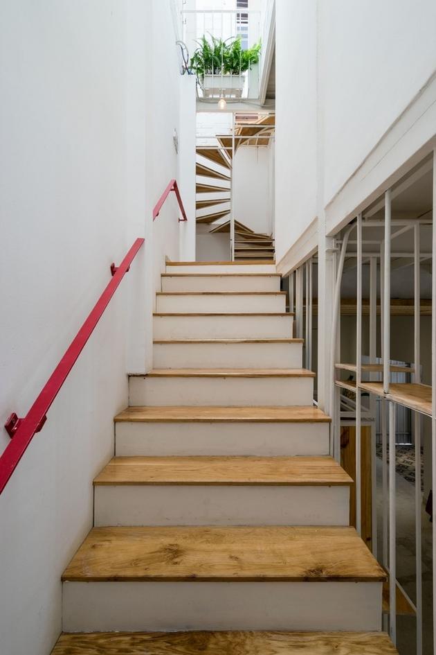 Cầu thang được đặt lui về cuối nhà với giếng trời, thay vì giữa nhà như hiện trạng ban đầu. Một cầu thang xoắn nhỏ được thiết lập để kết nối tầng 2 với tầng 3.