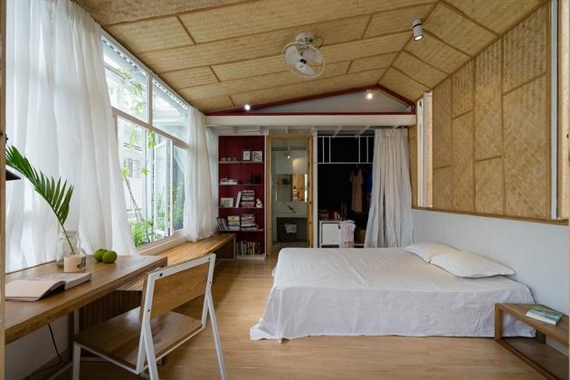 Phòng ngủ master hiện diện với cửa sổ băng dài và hệ trần cót tre đặc biệt. Tại đây, ánh sáng, gió và sự yên tĩnh hòa quyện với nhau.