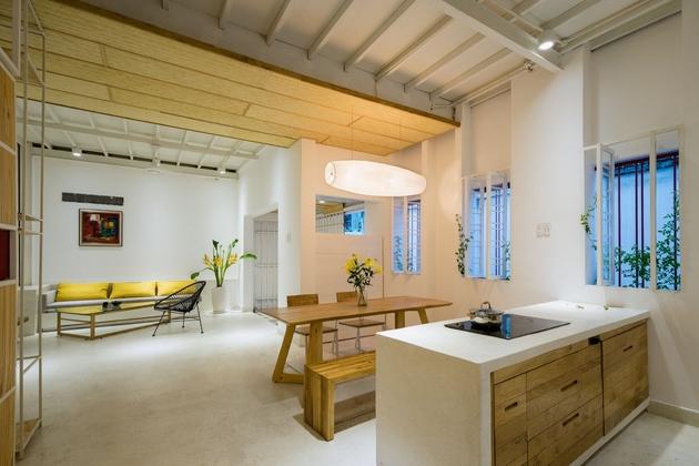 View nhìn từ phòng bếp. Bếp- phòng ăn- phòng khách không có sự ngăn chia. Những bức tường ban đầu đã được dỡ bỏ, nhằm trả lại khoảng không cho gió và ánh sáng tự nhiên thoải mái xâm nhập vào trong công trình.