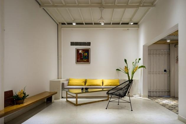 Phòng khách với tone màu trắng là chủ đạo. Kết hợp cùng màu honey glow làm điểm nhấn. Chất Bắc Âu phảng phất trong góc nhìn này, tuy nhiên, đây là lựa chọn hợp lý vì diện tích dành cho phòng khách khá khiêm tốn.