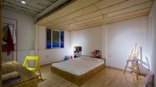 Phòng ngủ của người con chủ nhà có sở thích vẽ tranh.