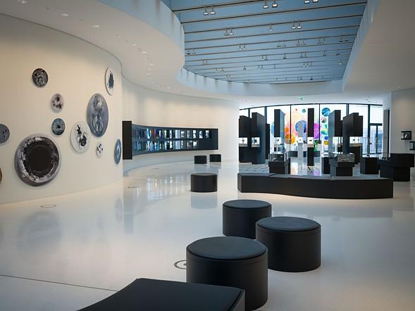 Khu sảnh tiếp đón trong Công viên Leitz có một nửa không gian để trưng bày các tác phẩm nghệ thuật và một nửa còn lại là gian hàng. Bên cạnh các triển lãm được cập nhật thường xuyên, du khách có thể tìm hiểu về lịch sử của máy ảnh Leica.