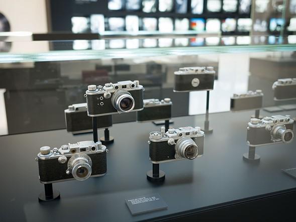 Thoạt nhìn những sản phẩm này trông giống như những chiếc máy rangefinders Leica cổ điển, nhưng trên thực tế chúng lại là sản phẩm của một số thương hiệu khác đã copy thiết kế của Leica và đã đạt được mức độ thành công khác nhau. Một số trong đó, như các bản sao đã được chế tạo sau chiến tranh của Canon và Taylor-Hobson, là tuyệt vời…