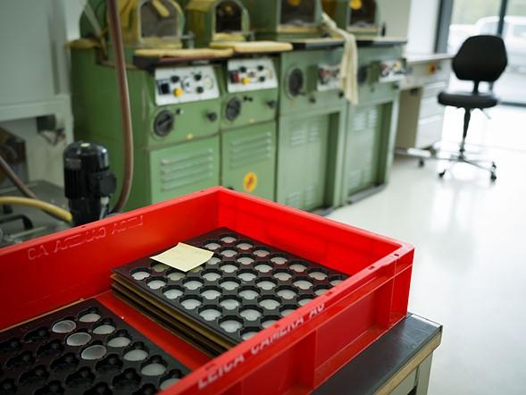 Bên trong nhà máy lắp ráp, những thấu kính thô (chủ yếu là kính Schott) được xếp chồng lên nhau trước khi được mang đi mài, đánh bóng và phủ, sau đó lắp thành các ống kính hoàn chỉnh.