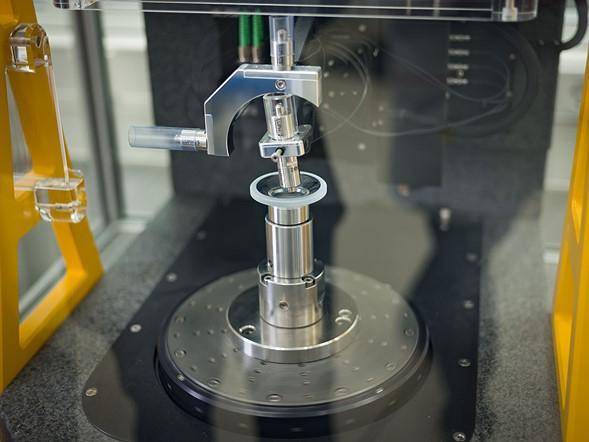 Những thấu kính đang đánh bóng sẽ được đo bằng tia laser để có được độ chính xác cao nhất.
