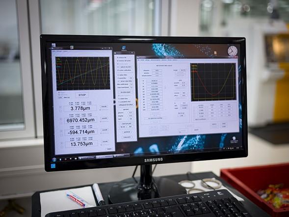 Kết quả của các phép đo được đưa ra đồng thời đến một máy tính để phân tích, xác định xem các thấu kính có lỗi cần phải mài lại không.