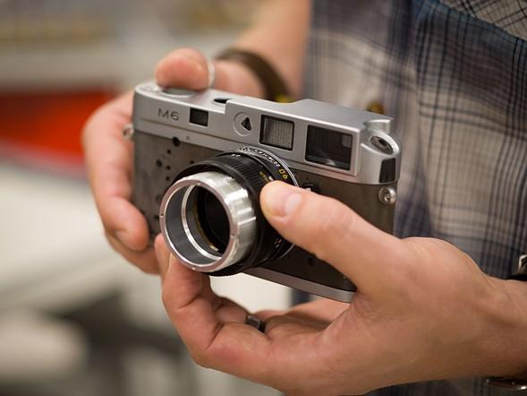Kiểm tra thủ công luôn là công đoạn cuối cùng tại mỗi khâu sản xuất. Tại đây, cơ chế lấy nét của một ống kính 90mm F4 được gắn vào thân máy Leica M6. Sau khi vượt qua giai đoạn kiểm tra nhanh này nó sẽ được chuyển sang công đoạn tiếp theo.