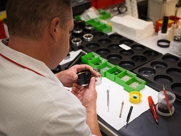 Đối với các ống kính cao cấp, độ chính xác cao như APO 90mm F2, luôn cần có sự kiểm tra của con người. Các kỹ thuật viên giàu kinh nghiệm đánh giá cơ chế lấy nét theo từng ống kính một cách thủ công, kiểm tra độ êm mượt, điều chỉnh cho đến khi họ cảm thấy hài lòng. Kết quả cuối cùng của quá trình này là cảm giác nhẹ nhàng và sang trọng mỗi khi thực hiện thao tác lấy nét.