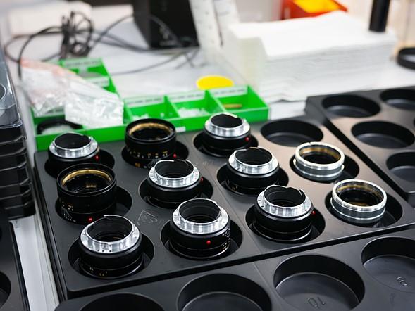 Sau khi kiểm tra, điều chỉnh và kiểm tra thêm một lần nữa, các thành phần của một vài ống kính APO 90mm F2 được đặt trong khay trước khi lắp ráp lần cuối.