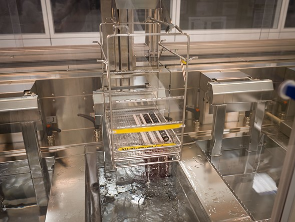 Trước khi lắp ráp, các thành phần phải trải qua một quá trình làm sạch sâu bằng sóng siêu âm.