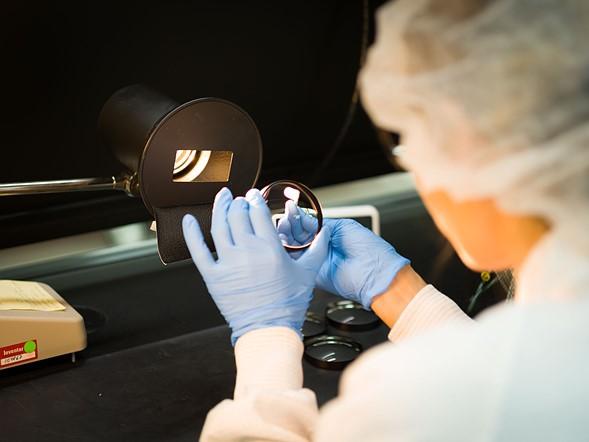 Sau khi lắp ráp, mỗi ống kính hoàn thành được kiểm tra để đảm bảo rằng nó đáp ứng các tiêu chuẩn của Leica. Nếu không, nó được gửi trở lại để được lấy ra, điều chỉnh, kiểm tra và lắp ráp lại.