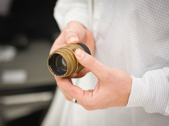 Đây là chiếc 50mm F1.4 Summilux ASPH dành cho một trong những bộ máy ảnh Monochrom Typ 246 phiên bản đặc biệt Jim Marshall của Leica. Chỉ có 50 chiếc được sản xuất ra.