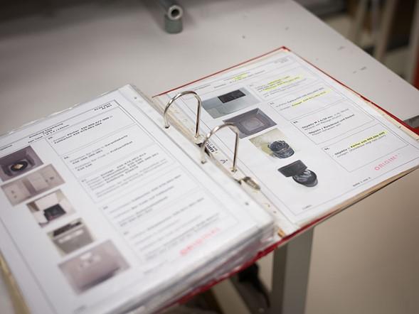 Mỗi ống kính được đóng gói khác nhau với tất cả các bước và các phụ kiện cần thiết chi tiết trong quyển sổ này – được mệnh danh là 'The Bible' – Thánh Kinh.