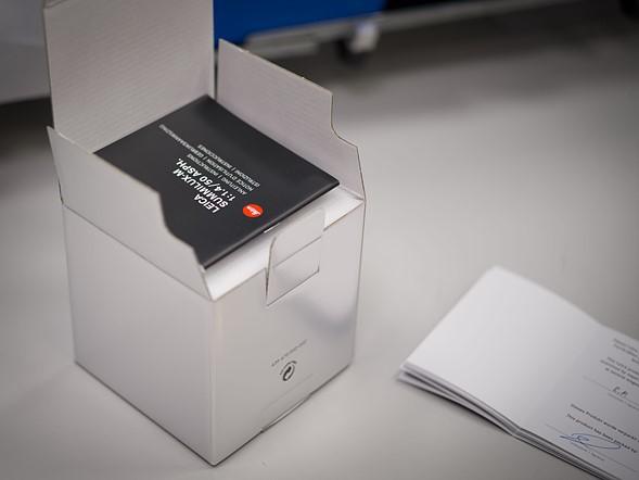 Ống kính được đóng gói vào hộp của mình kèm theo các giấy tờ hướng dẫn, bảo hành. Sau cùng, chúng sẽ được các nhân viên của phòng đóng gói kiếm tra một lần nữa để đảm bảo quy cách và các giấy tờ đầy đủ sẵn sàng để chuyển đi.