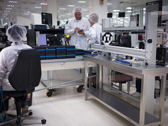 Dây chuyền lắp ráp máy Leica M10. Bộ khung được gia công tại Bồ Đào Nha, rất nhiều các linh kiện điện tử được mang đến Wetzlar để chuyển bị lắp ráp. Các kỹ thuật viên của Leica đang thực hiện kiểm tra và hiệu chỉnh hình ảnh.