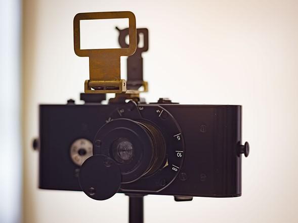 Bản phục dựng của chiếc máy ảnh Ur-Leica được sản xuất năm 1914. Mặc dù nhìn rất khác so với các máy ảnh Rangefinder sau này nhưng chiếc máy nguyên bản của Barnack vẫn mang nhiều nguyên tắc thiết yếu trong việc thiết kế dòng Leica M sau này.