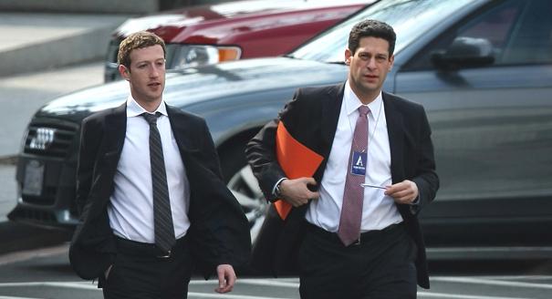 Mark Zuckerberg trên đường đến tòa án tại Dallas