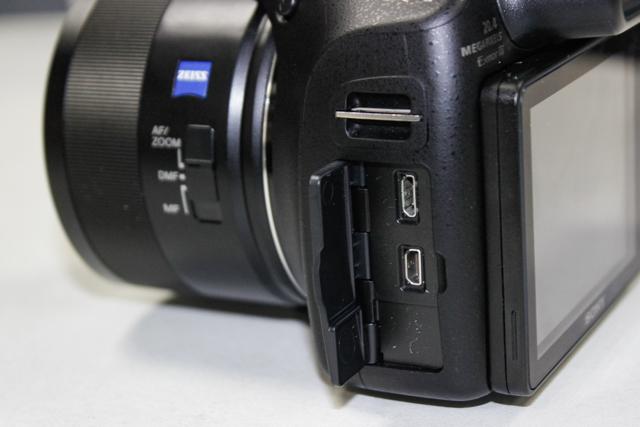 Khe kết nối dây sạc/chuyển đổi dữ liệu (trên) và khe micro HDMI (dưới).