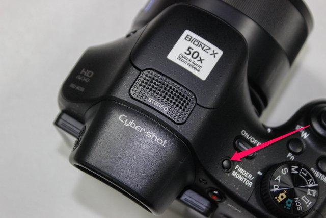 Muốn chuyển qua lại giữa chế độ màn hình và EVF, bạn buộc phải bấm nút này chứ máy không hề có cảm biến tự động nhận diện như một số sản phẩm khác trên thị trường.