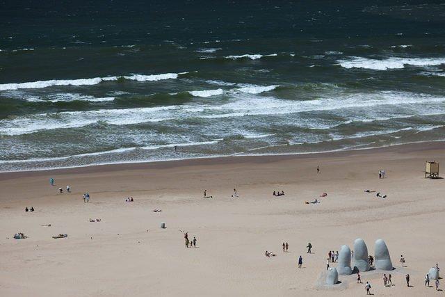 Bàn tay ngập trong cát ở Maldonado, Uruguay.