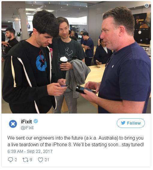 Chúng tôi đã gửi đội ngũ kỹ thuật tới tương lai (tức là nước Úc), để mang tới cho các bạn chương trình mổ bụng trực tiếp iPhone 8.