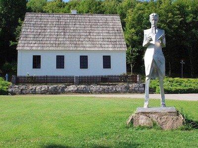 Căn nhà nơi Tesla sinh ra đã được phục chế, bên cạnh là bức tượng của ông.