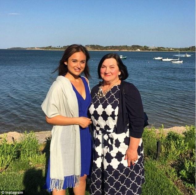 Cô Vanessa Marcotte và mẹ của mình.
