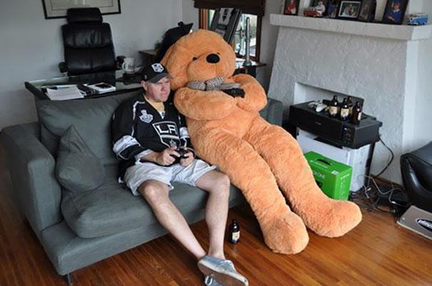 Đặt mua van điện từ dài 2cm, nhận được con gấu bông dài hơn 2m. Amazon luôn biết đem tới cho khách hàng những điều bất ngờ!