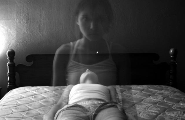 Tôi thề rằng đã nhìn thấy một cái gì đó màu đen ngồi dậy khỏi cơ thể mình, đi xuyên qua bức tường cạnh giường
