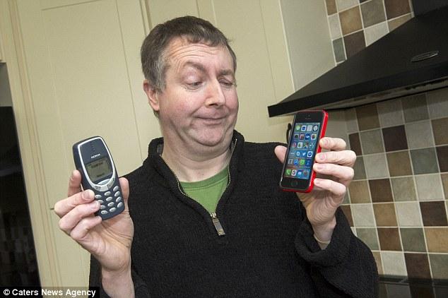 Ông Mitchell không thích chiếc iPhone mới được cậu con trai tặng.