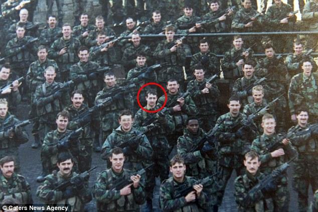 Ông Mitchell khi còn phục vụ trong quân đội.