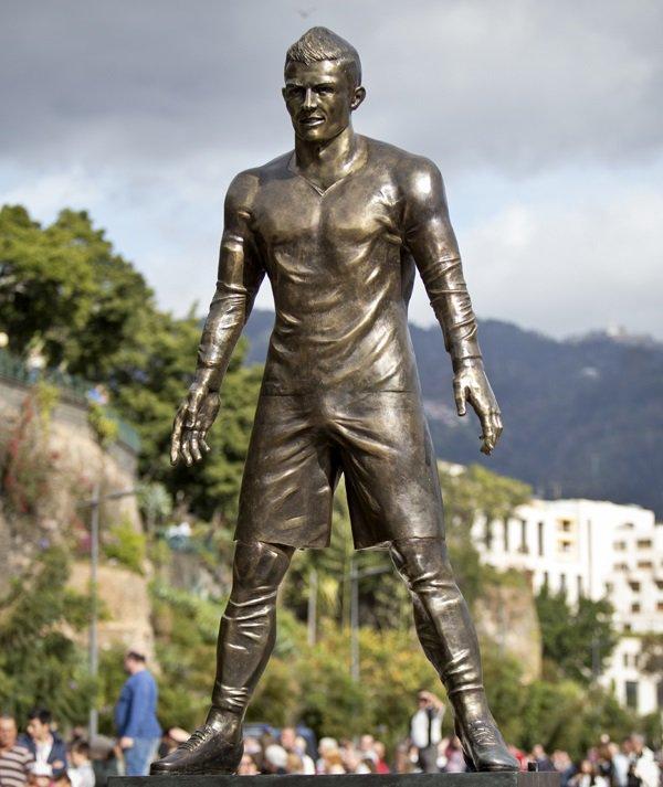 Siêu sao bóng đá Bồ Đào Nha có vẻ không có duyên lắm với chuyện tạc tượng. Một bức tượng khác của anh được dựng ở Funchal vào năm 2014 trông cũng chẳng thấy giống khổ chủ ở chỗ nào