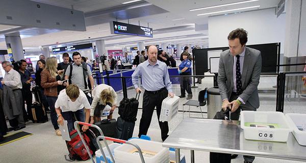 Kiểm tra hành lý trước giờ cất cánh.