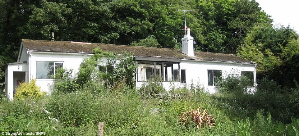 Đây là biệt thự cũ kĩ bằng gỗ với 3 phòng ngủ được xây dựng từ năm 1917, được mua bởi vợ chồng Pennie và Charles Denton với giá 400.000 bảng Anh