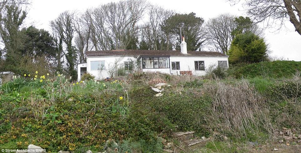 Đội ngũ KTS cho biết: dù đổ nát nhưng nền móng của ngôi nhà này rất vững chắc, chủ yếu là thay đổi kết cấu phía trên