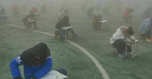 Chỉ Trung Quốc mới có kiểu ngồi xổm làm bài thi như thế này. Với không khí ô nhiễm mù mịt, muốn quay sang chép bài cũng khó!