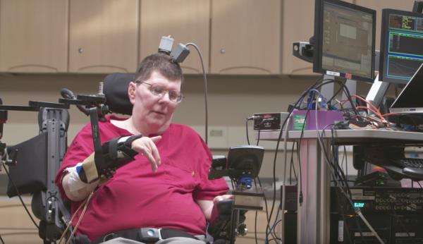 Một thử nghiệm điều khiển bàn tay bị liệt bằng sóng não, thông qua một hệ thống máy tính.