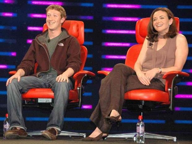 Sheryl Sandberg bên cạnh Mark Zuckerberg