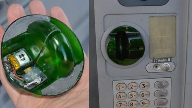 Các thiết bị đánh cắp thông tin thẻ được gắn trên máy ATM.