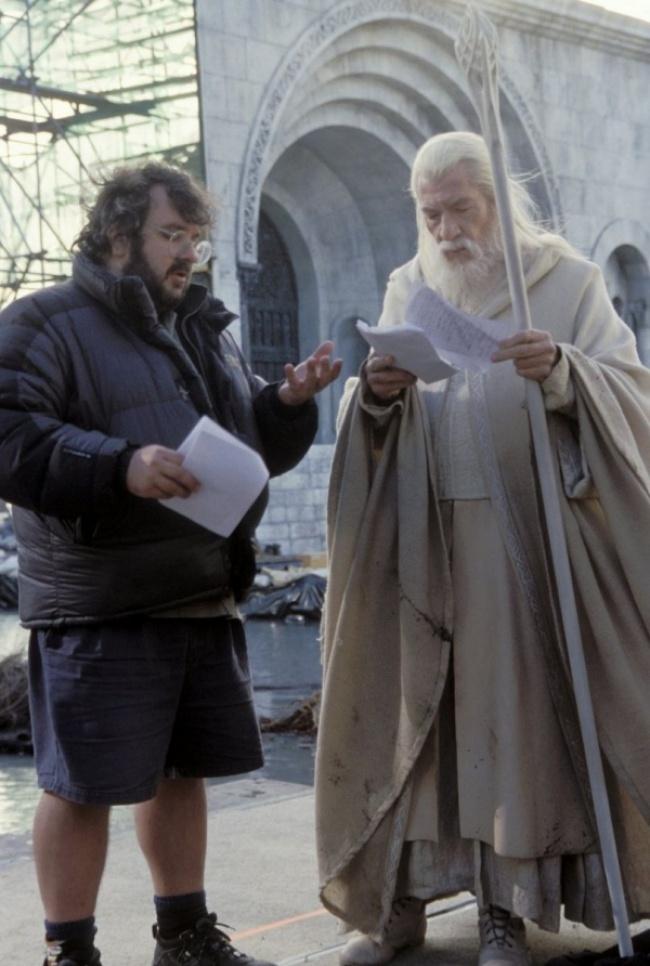 Phù thủy Gandalf đang hỏi trợ lý của mình xem nên sử dụng bùa phép nào để ngăn cản lũ Orc xâm chiếm thành phố Minas Tirith