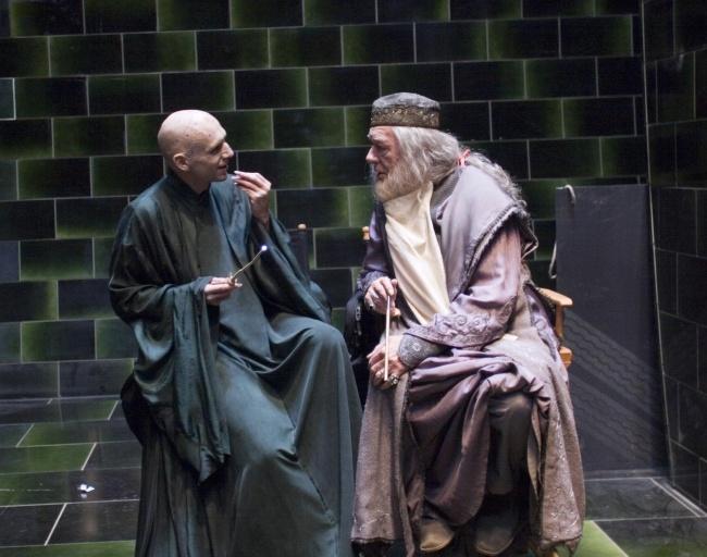 Cái gì thế này, Kẻ-mà-ai-cũng-biết-là-ai đang nói chuyện thân mật với thầy Dumbledore ư? Chuyện này chỉ có thể xảy ra ở hậu trường mà thôi