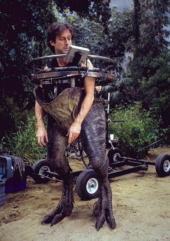John Rosengrant, giám sát hiệu ứng của Công viên Kỷ Jura, đang thử bộ đồ hóa trang thành khủng long ăn thịt
