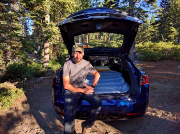 Tom Randall - cây viết của Bloomberg, người đã thực hiện chuyến dã ngoại, ngủ nghỉ trên chính chiếc Tesla model S