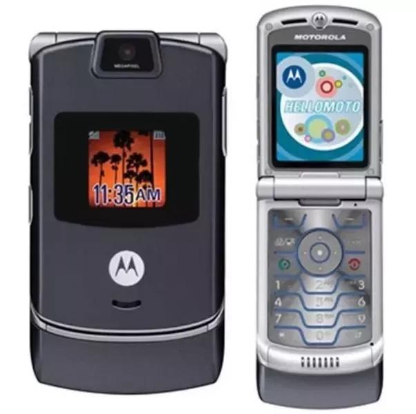 Chiếc điện thoại mỏng đầu tiên được tung ra thị trường, thời đó mà có Motorazr thì đảm bảo thu hút không biết bao nhiêu ánh nhìn. Thiết kế mượt mà, màu bạc tuyệt đẹp, và quan trọng hơn cả, là một chiếc máy di động gập, Motorazr rõ ràng là chiếc di động đỉnh nhất của Motorola tính cho đến thời điểm đó.