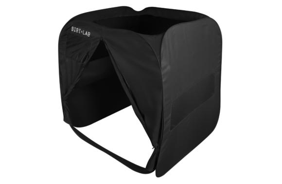 """""""All-Alone Tent"""" là một túp lều hình vuông, có khóa kéo và cửa sổ mờ để người ở trong có thể nhìn ra ngoài"""