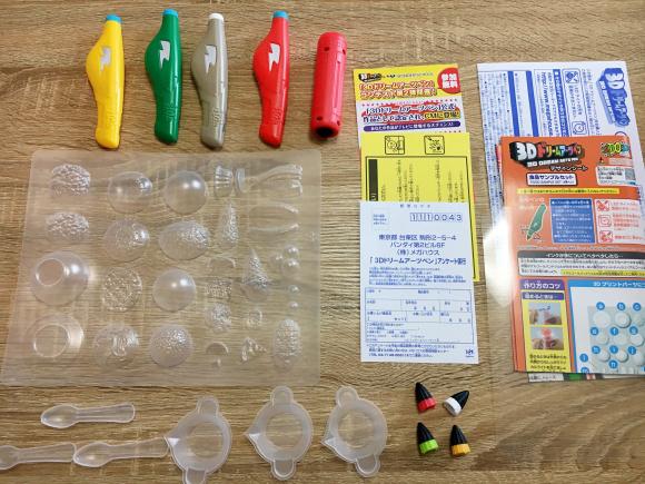 4 chiếc bút 3D khác nhau, đèn tia cực tím, bát trộn, khuôn nhựa... và hướng dẫn sử dụng đi kèm