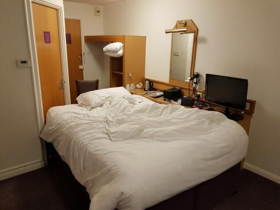 Jake Archer điên tiết đến nỗi đẩy cả chiếc giường đôi to đùng trong phòng khách sạn vào sát bàn làm việc, chắn hết lối đi của phòng vệ sinh chỉ để... sạc điện thoại