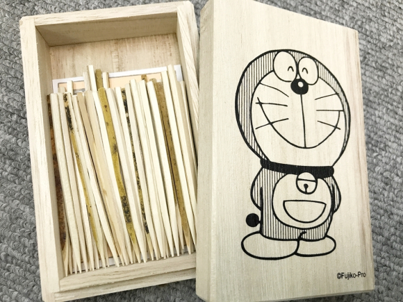 Hộp tăm Doraemon, bên trong có 70 cây tăm kuromoji