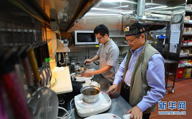 Ông Wang Tsung Yuan, người sáng lập ra tiệm mì bò Niu Ba Ba cùng con trai Wang Yiin Chyi trong tiệm mì.